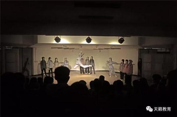 表演二班《光明村新年晚会》