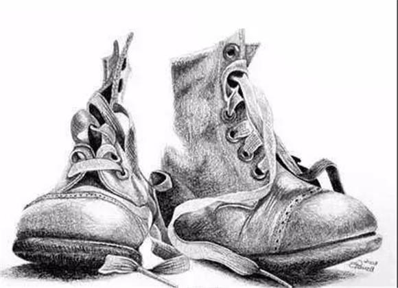 描绘运动鞋等常见和常用物品往往充满乐趣,你可以展现出物品的磨损程度从而为绘画增添个性色彩。 球鞋素描步骤解析 Step 1: 大致描绘出两只鞋的轮廓,并标记鞋带的位置。  Step 2: 认真画出鞋带的形状和细节。画出鞋底的图案和地板。  Step 3: 绘制线条,明确呈现出运动鞋的外形。绘制鞋带和鞋上的色调。  Step 4 : 淡淡地绘制鞋上的色调,保留高光部分,然后画出鞋在地板上的投影。  Step 5: 绘制左侧一只鞋内的最暗调并加深投影。最后,绘制中间调,使明暗过渡自然。  靴子素描步骤解析