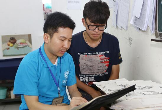 天籁画室老师正在给学生进行示范练习
